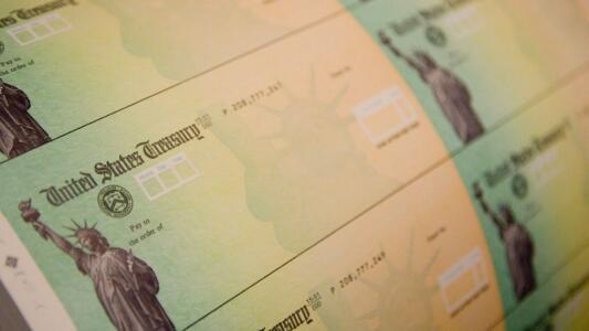 Lo que debes saber sobre los cheques con pagos mensuales del crédito tributario por hijo que distribuirá el IRS