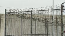 ICE alimenta a la fuerza a inmigrantes detenidos que realizaban huelgas de hambre, dice informe