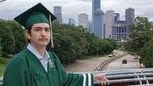 """""""Con esfuerzo, trabajo y lágrimas lo logró"""": el reto de joven con autismo que se gradúa de preparatoria"""