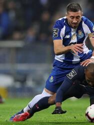 EPA958. PORTO (PORTUGAL), 01/30/2019.- Hector Herrera (i) del FC Porto en acción ante Ddjalo de Belenenses durante su primer partido de fútbol de la Liga Portuguesa, celebrado en el estadio Dragao, Oporto, Portugal, 30 de enero de 2019. EFE / JOSE COELHO