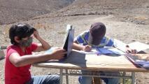Estos niños suben cada día a una montaña para conseguir internet y así atender sus clases virtuales