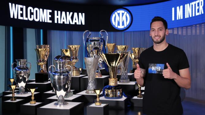 Hakan Calhanoglu deja al Milan para firmar con el Inter