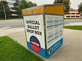 Cómo aparecieron urnas de votación no oficiales en California y por qué pueden enfrentar la ley quienes las instalaron