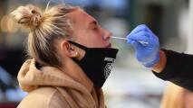 ¿Por qué la variante Delta del coronavirus está afectando más a la población joven?