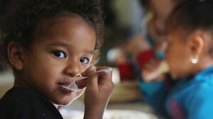 Familias de Nueva York recibirán hasta $1,320 por hijo para pagar sus comidas durante la pandemia