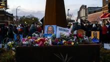 Con flores y pancartas festejan veredicto de culpabilidad del expolicía por la muerte de George Floyd