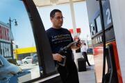 DeSantis firma ley para reforzar la seguridad en los dispensadores de gasolina