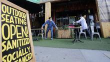 Sacramento extiende por un año el permiso a restaurantes para colocar mesas en las banquetas y calles