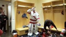 """Empleado se convierte en el """"arquero de emergencia"""" de un juego profesional de hockey"""