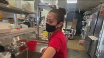 Empleados completamente vacunados en California podrán dejar atrás el uso del cubrebocas