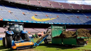 Barcelona renueva el césped del Camp Nou para la próxima temporada