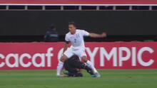 Entre lágrimas, Denil Maldonado sale en camilla por dura lesión