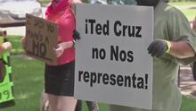 Activistas protestan frente a la casa del senador Ted Cruz y exigen su renuncia