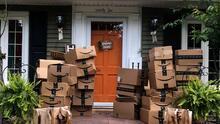 Mujer de Nueva York recibe 150 paquetes por error y Amazon le dice que se quede con ellos