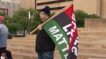 Activistas en Dallas celebran el veredicto en contra de Chauvin, el expolicía acusado por la muerte de Floyd