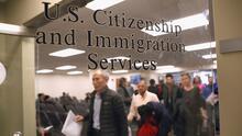 ¿En qué consiste la nueva regla de USCIS que dificulta los permisos de trabajo para los inmigrantes admitidos con parole?