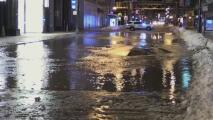 Se rompe una tubería de agua en el centro de Chicago y causa una inundación
