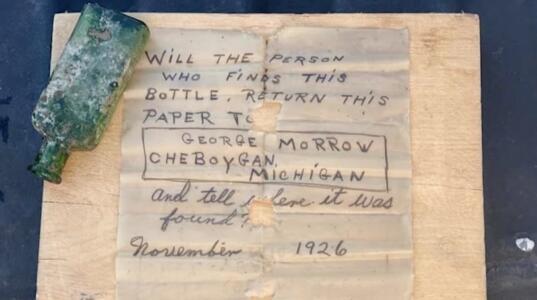 Encuentran un mensaje de hace casi 100 años dentro de una botella en el fondo de un lago