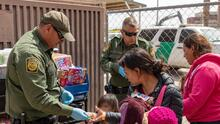 Gobierno de Biden pide ayuda a grupos humanitarios para elegir a solicitantes de asilo en la frontera