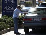 Biden trata de calmar a los consumidores y superar el golpe político que le da esta crisis de gasolina