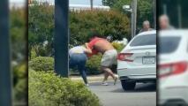 Video capta pelea entre un hombre y una mujer en la cola de una gasolinera