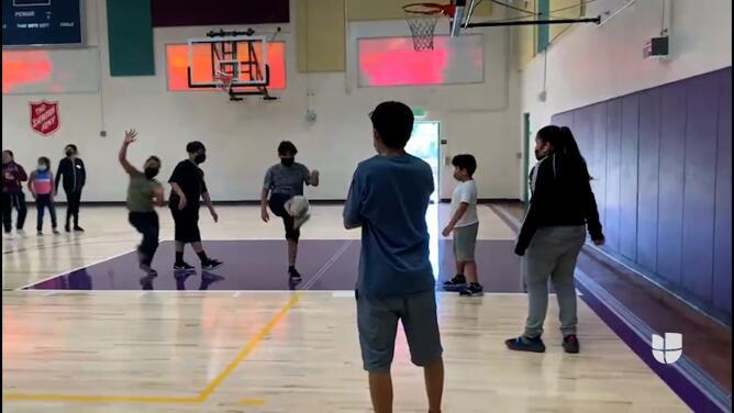 Organizaciones ayudan a superar los efectos de la pandemia a jóvenes hispanos en Los Ángeles
