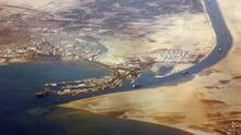 Entre guerras, barcos encallados o hundidos: la historia en fotos del accidentado canal de Suez