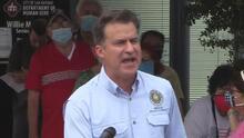 Senador Roland Gutierrez regala ventiladores y llama al gobernador a resolver la crisis energética en Texas