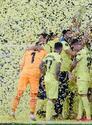 Tras 98 años, Villarreal porfin logra levantar el título de la UEFA Europa League tras vencer 11-10 en la tanda de penaltis al Manchester United.
