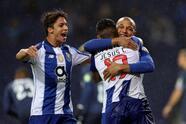 EPA958. PORTO (PORTUGAL), 01/30/2019.- Yacine Brahimi (d) del FC Porto celebra después de marcar un gol contra los Belenenses durante su primer partido de fútbol de la Liga Portuguesa, celebrado en el estadio Dragao, Oporto, Portugal, 30 de enero de 2019. EFE / JOSE COELHO